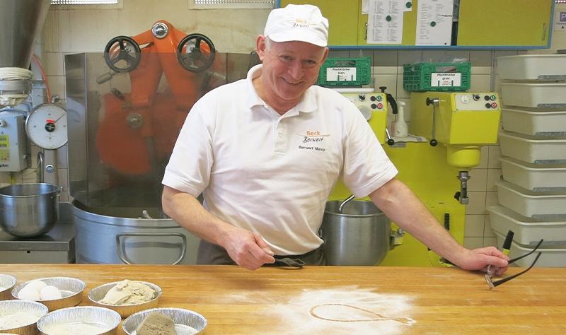 Marco Berwert mit dem Fastenopfer-Brot, das Aktionsbrot im Februar der Bäckerei Berwert in Stalden, Obwalden.